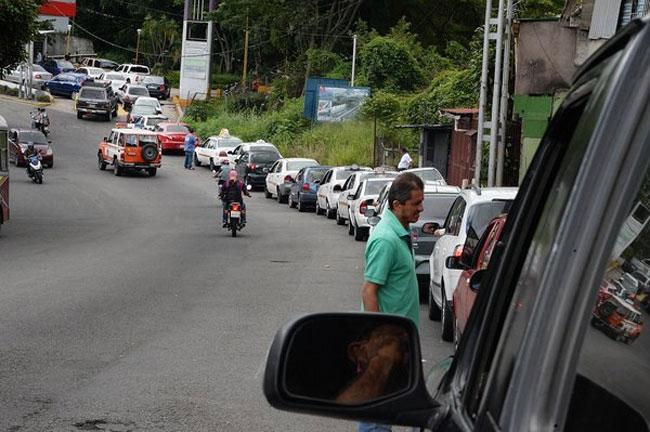 Colas kilométricas en Venezuela por falta de gasolina ...